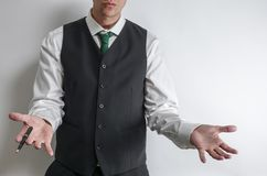 Бизнесмен держа вне его руки для того чтобы показать его невиновность стоковая фотография