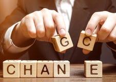 Бизнесмен держа деревянные блоки с изменением слова к шансу развитие личное Рост карьеры или изменить концепция стоковое фото rf