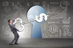 Бизнесмен держа ключевым к финансовым успеху и процветанию Стоковые Фотографии RF