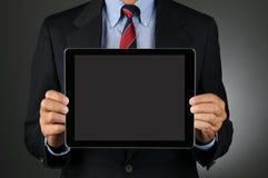 Бизнесмен держа пустой планшет Стоковые Фото