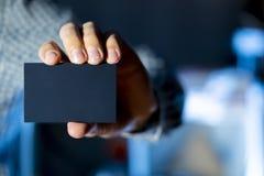 Бизнесмен держа пустую визитную карточку с космосом f экземпляра стоковые изображения