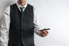 Бизнесмен держа ручку для клиента для подписания контракта стоковые фото