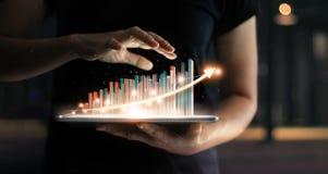 Бизнесмен держа таблетку растущего виртуального hologram статистики стоковые изображения rf