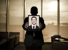 Бизнесмен держа таблетку ipad Стоковые Изображения