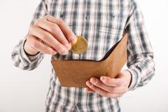 Бизнесмен держа bitcoin Золотая монетка в руках людей, p bitcoin Стоковое Изображение