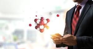 Бизнесмен держа tabalet с пуком сфер levitating выше r стоковые изображения rf