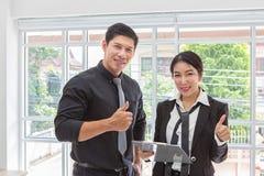 Бизнесмен держит большой палец руки Делов деловой большой палец руки владениями вверх Доска сзажимом для бумаги удерживания комме стоковое изображение rf