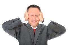 Бизнесмен держит его уши закрыно стоковое изображение rf