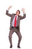 Бизнесмен держит что-то над головкой Стоковое Фото