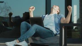 Бизнесмен достигая концепции Руки счастливого человека развевая да сток-видео
