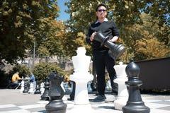 Бизнесмен думает о стратегии для того чтобы выиграть в гигантском ch стоковая фотография