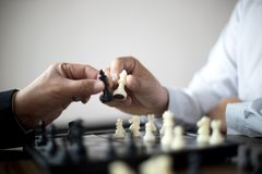 Бизнесмен думая как сыграть стратегию бизнеса концепции шахмат стоковая фотография