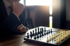 Бизнесмен думая как сыграть стратегию бизнеса концепции шахмат стоковая фотография rf