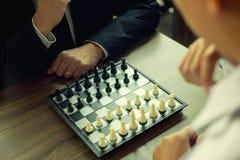 Бизнесмен думая как сыграть стратегию бизнеса концепции шахмат стоковое фото rf