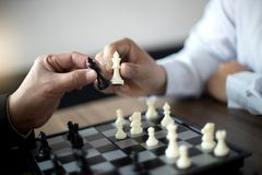 Бизнесмен думая как сыграть стратегию бизнеса концепции шахмат стоковые фотографии rf