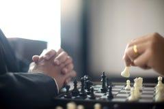 Бизнесмен думая как сыграть стратегию бизнеса концепции шахмат стоковое изображение