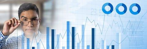 Бизнесмен думая с яркими окнами и статистик диаграммы в виде вертикальных полос переводят Стоковое Фото