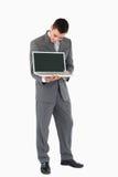 бизнесмен его показ экрана что Стоковое Фото