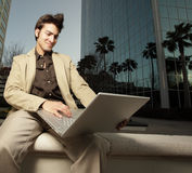 бизнесмен его тетрадь используя Стоковая Фотография