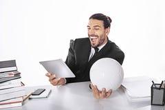 Бизнесмен держать пари на футбольном матче пока работающ Стоковое Изображение