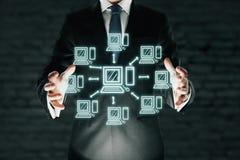 Бизнесмен держа абстрактную компьютерную сеть Стоковое Изображение RF