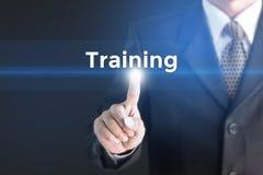 Бизнесмен держа белый знак с тренировкой сообщения стоковые фотографии rf