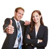 Бизнесмен держа большие пальцы руки поднимает близко Стоковая Фотография