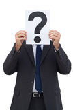 Бизнесмен держа бумагу вопросительного знака Стоковое Фото