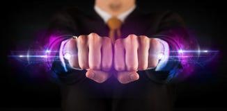 Бизнесмен держа будущую системную сеть данным по технологии Стоковое фото RF