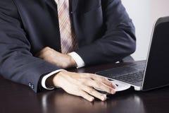 Бизнесмен держа вставку диска к компьтер-книжке Стоковое фото RF