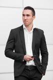 Бизнесмен держа в мобильном телефоне рук Стоковое Изображение