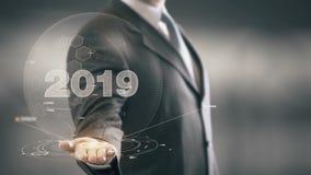 Бизнесмен 2019 держа в новых технологиях руки Стоковые Изображения RF