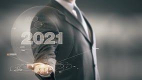 Бизнесмен 2021 держа в новых технологиях руки Стоковые Изображения