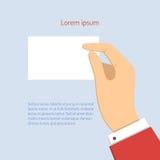 Бизнесмен держа горизонтальную карточку посещения Стоковое Изображение RF