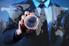Бизнесмен держа глобус в концепции глобального бизнеса Стоковая Фотография