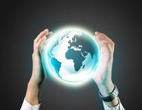 Бизнесмен держа глобус земли Стоковое Фото