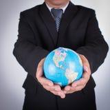 Бизнесмен держа глобус карты мира стоковое фото rf