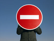 Бизнесмен держа 'знак отсутствие входа' перед стороной Стоковое Изображение
