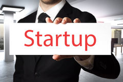 Бизнесмен держа знак startup Стоковое Изображение