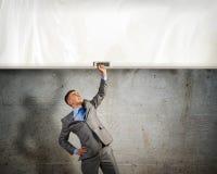 Бизнесмен держа знамя с одной рукой Стоковые Изображения