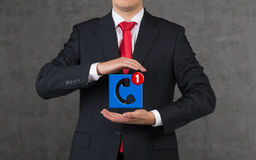 Бизнесмен держа значок Стоковые Фото