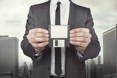 Бизнесмен держа дискет в руках Стоковые Изображения RF