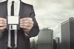 Бизнесмен держа дискет в руках Стоковое Изображение