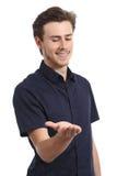 Бизнесмен держа и смотря некоторый пробел вещи Стоковые Фото