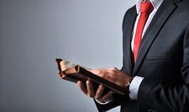 Бизнесмен держа книгу Стоковая Фотография