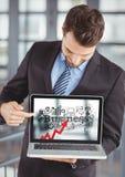 Бизнесмен держа компьтер-книжку показывая красную стрелку с черным делом doodles против расплывчатой предпосылки Стоковое Фото