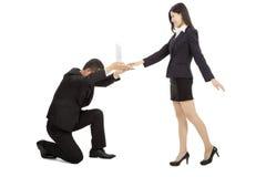 Бизнесмен держа компьтер-книжку для женского использования менеджера стоковое изображение rf