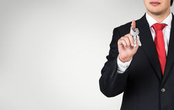 Бизнесмен держа ключ Стоковые Фото