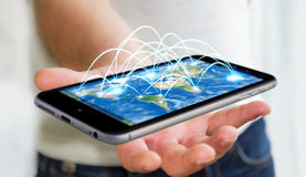 Бизнесмен держа мобильный телефон с интернет-связью 3D ren Стоковая Фотография