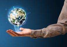 Бизнесмен держа накаляя глобус земли Стоковая Фотография
